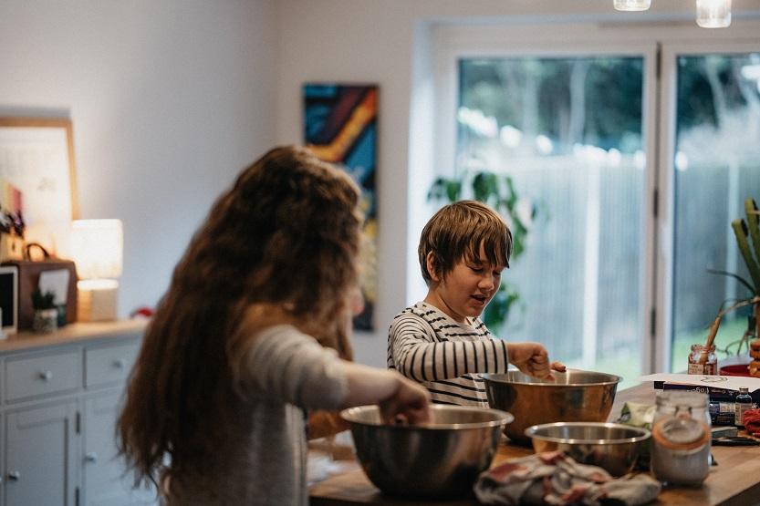 Preparando natillas caseras en familia
