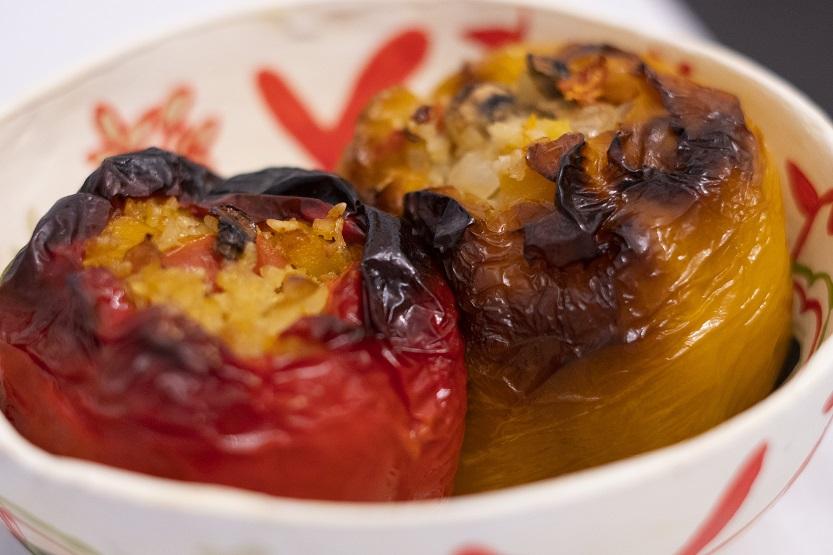 Plato de pimientos rellenos de arroz al horno